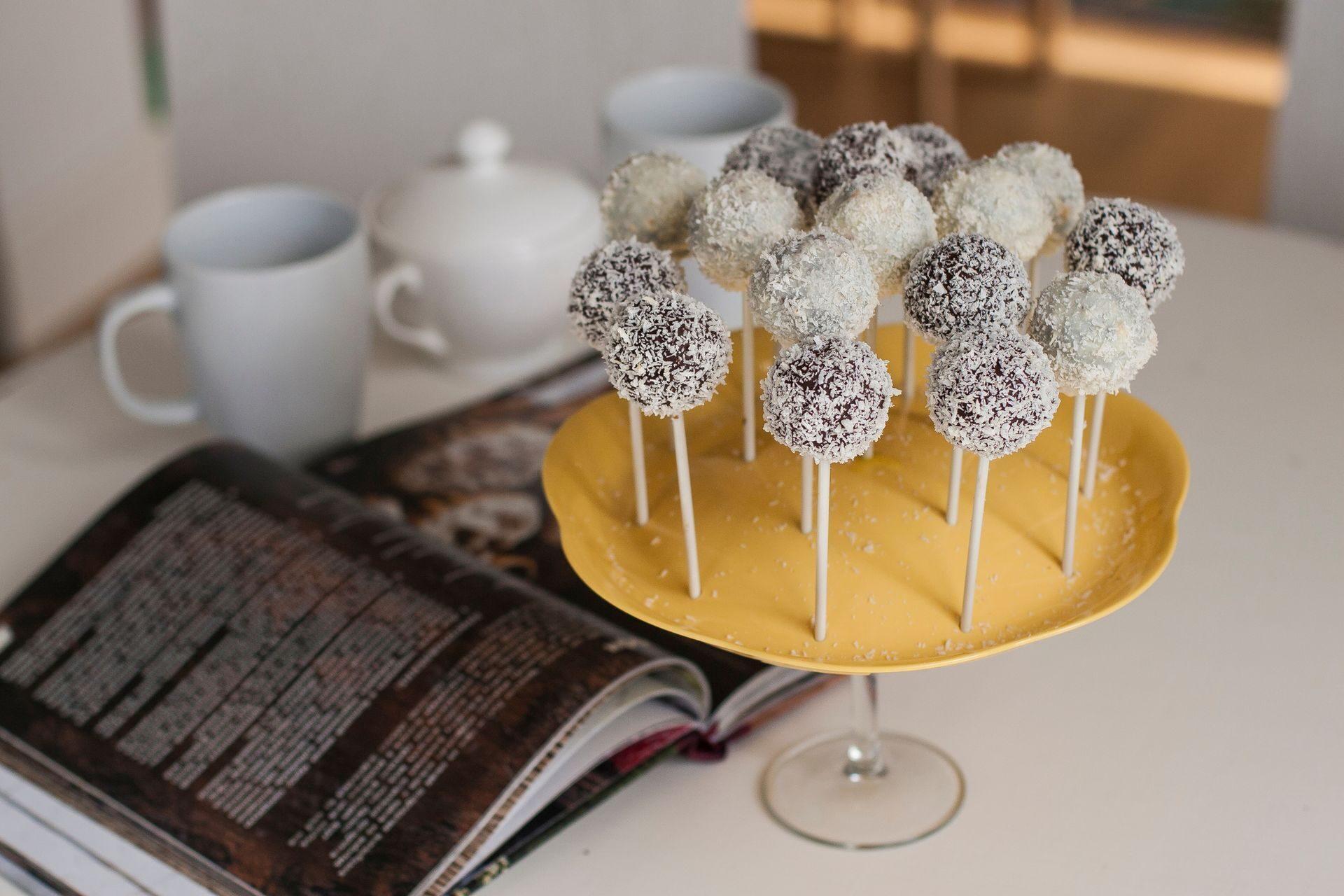 Опускать палочку в шоколад нужно для того, чтобы шарик лучше зафиксировался на палочке.